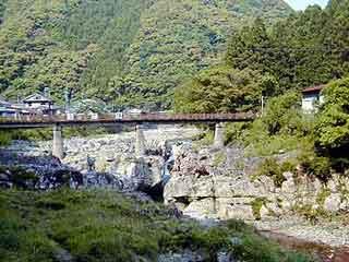 滝の拝 滝の拝の手前に橋がかかっていて、橋の上から滝を眺めることができます。 ... 滝の拝:熊
